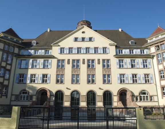 Vue sur la façade extérieure du foyer Charles Frey, foyer de la jeunesse, maison d'enfants à caractère social, le 20 avril 2015, à Strasbourg.